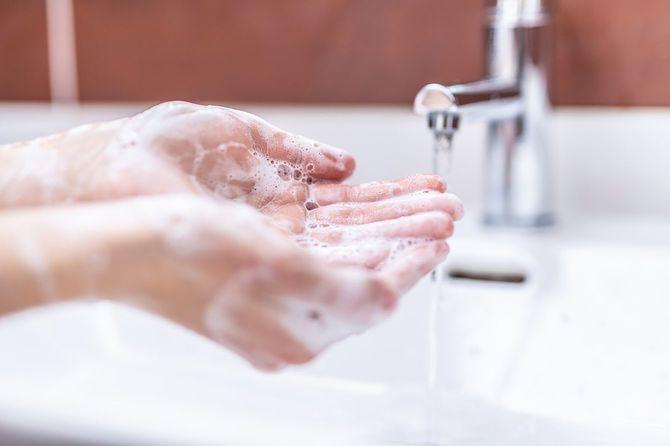 洗面所で水と液体石鹸で手洗い