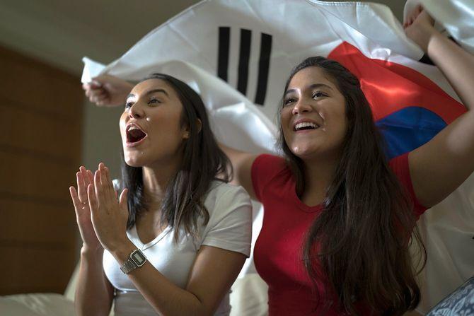 韓国のファンがスポーツを見て、家で祝う