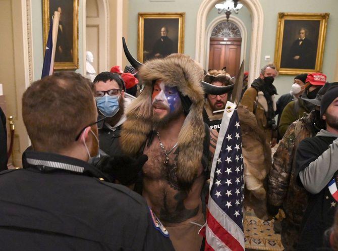 ワシントンの米連邦議会議事堂に乱入したトランプ大統領の支持者たち