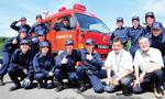 学生消防隊の面々。女性隊員も2人いる。最前列右端が室井房治監督、左隣が櫻井嘉信顧問。隊員の制服は消防団のお下がりという。