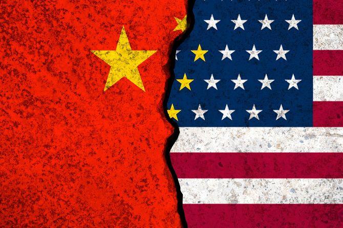 米国旗と中国旗のクローズアップ亀裂.世界最大の経済大国であるアメリカと中国の間の関税貿易戦争危機の象徴です。