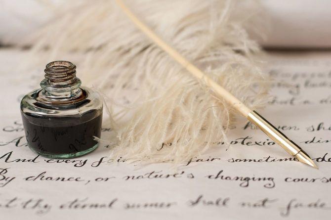 羽ペンにインクで書かれた文字