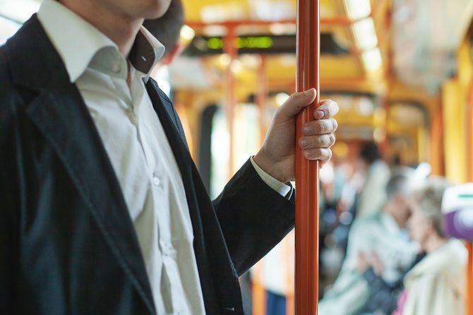 公共交通機関の乗客の通勤者