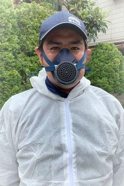 大島英充さん。特殊清掃の防臭マスクをしている。