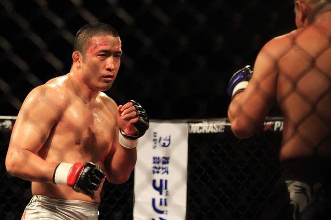 引退試合で桜木裕司選手と対峙する大山峻護氏