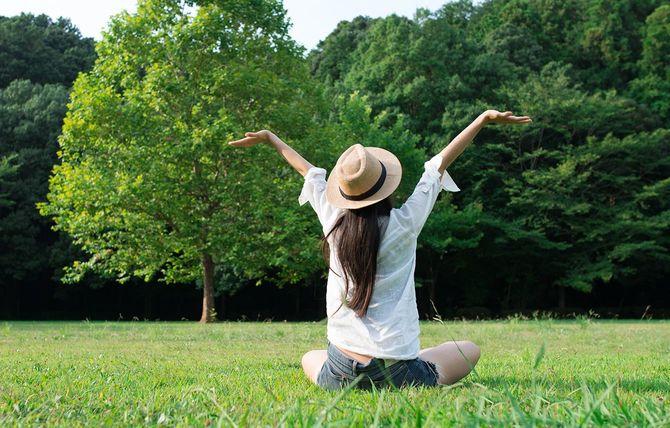 女性の芝生でリラックス