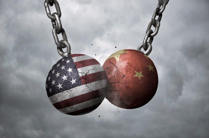 中国とアメリカの国旗が描かれた二つの鉄球の衝突