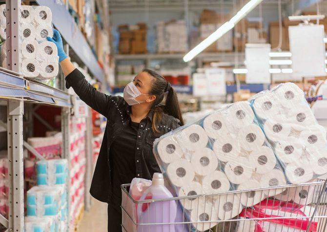 スーパーマーケットで買い物をする保護マスクを身に着けている成熟した女性の肖像画