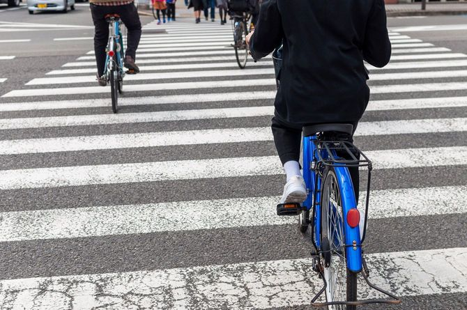 横断歩道を渡る自転車