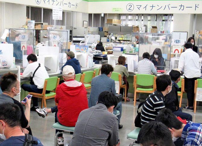 連休明けから都市部などを中心に混雑した、自治体の窓口。姫路市役所で=2020年5月7日