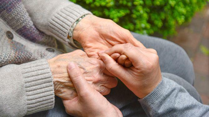 老婦人の手を握り