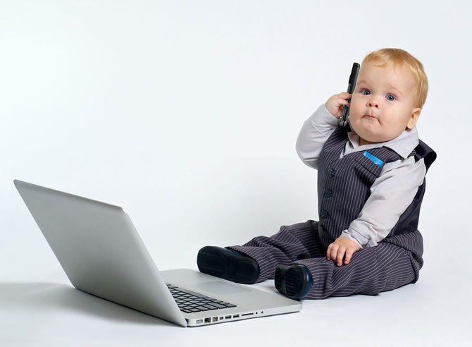 携帯電話を耳にあてる赤ちゃん