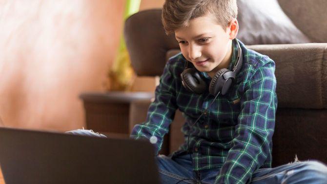 ノートパソコンでゲームをする少年
