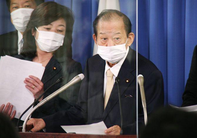記者会見する自民党の二階俊博幹事長(右)。左は野田聖子幹事長代行=2021年7月20日、東京・永田町の同党本部