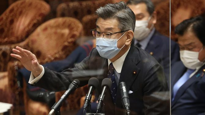 衆院予算委員会で答弁する武田良太総務相=2021年3月1日、国会内