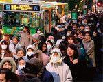 幹線道路は人と車であふれた。路線バス乗り場には長い列が。(AP/AFLO=写真)
