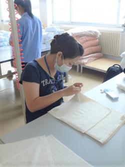 中国工場で、商品のタオルを検品する田澤恵津子さん