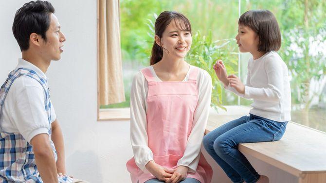 保育士と遊んでいる日本の女の子