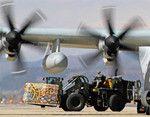 短い滑走路に降り立った米軍は、救援物資を続々と運び込んだ。(AP/AFLO=写真)