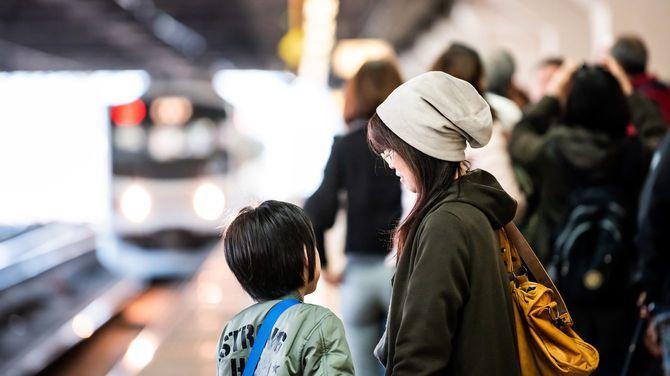 2019年4月5日、宇都宮駅で日光行きの電車を待つ母子
