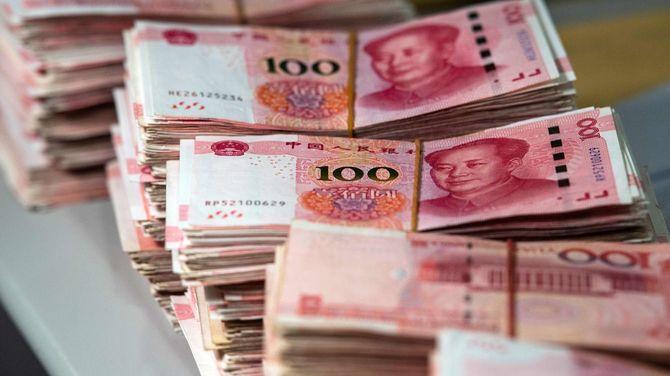 束になって並べられた人民元紙幣(中国・上海)=2018年8月8日