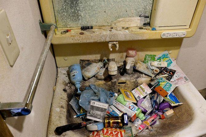 第4回目で取り上げた男性宅。清掃初日はゴミが積み上がり、洗面台の存在は確認できなかった。ゴミを積み上げる前には、洗面台として使っていた形跡が確認できる。