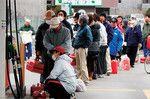 東日本大震災の後、ガソリンを求めて列を作る人々(写真=Getty Images)