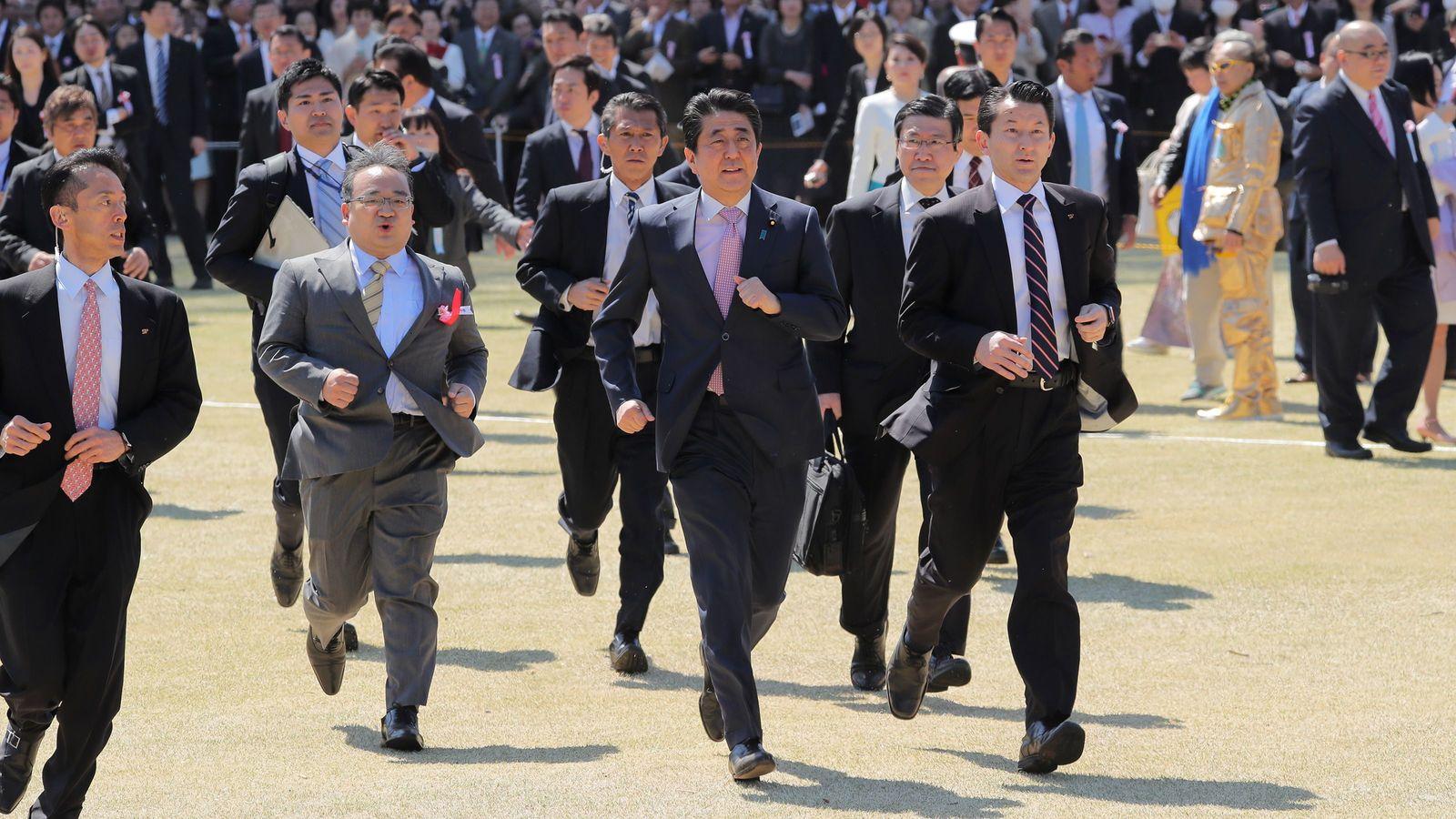 支持者を堂々と「税金」で接待する安倍氏の驕り 「桜を見る会」の驚くべき公私混同