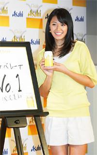 2009年2月の「クリアアサヒ」累計1500万ケース達成のマスコミ発表会。CMキャラクターを務めるビーチバレーの浅尾美和も登場した。08年3月の発売からすでに1720万ケースを達成した。