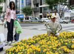 名古屋・栄付近で花の手入れをする宗次氏。ぱっと見、彼がココイチ創業者とはわからない。