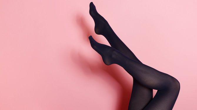 黒タイツの若い女性の足