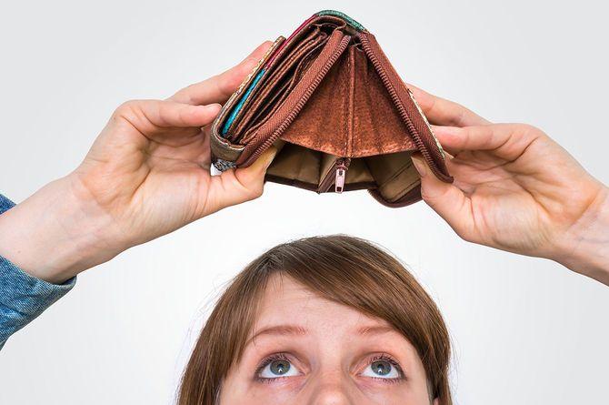 空の財布を保持している女性彼女はお金をしていません。