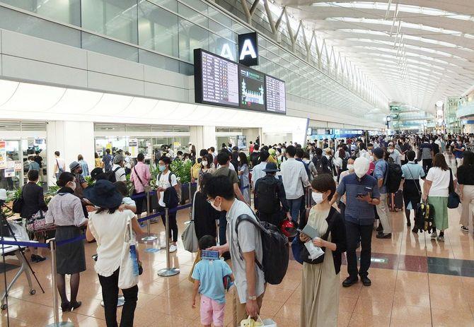 4連休の初日となった19日朝、国内線の利用客で混み合う羽田空港第2ターミナルの出発ロビー