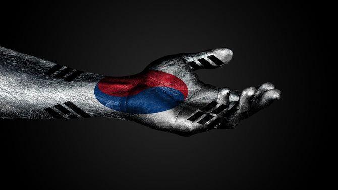 韓国国旗が描かれた、助けを求める手