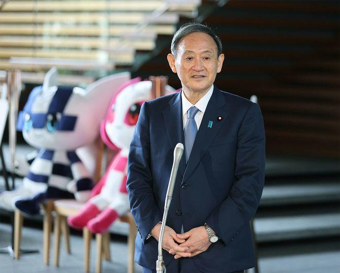 臨時国会召集に当たり記者団の取材に応じる菅義偉首相=2020年10月26日、首相官邸