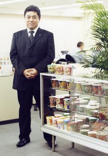 <strong>篭嶋茂人</strong>●広域営業部SS。1969年、奈良県生まれ。仏教大学社会学部卒業後、同社入社。名古屋1年、大阪9年、東京6年と一貫して営業畑を経験してきた。人間関係の作り方は「相手の話をよく聞いて、相手と一体になろうとする気持ちを大切にしています」。