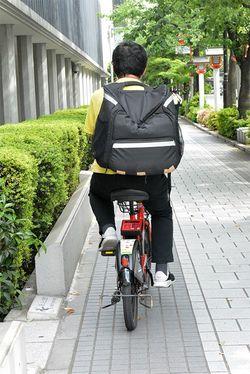自転車配達員を始めてから2年半がたつA氏。インタビュー場所にも自転車でやってきた。
