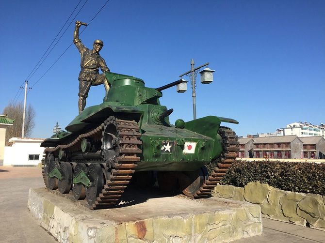日本軍の戦車を攻撃する八路軍兵士の像。抗日テーマパーク「八路軍文化園」にて