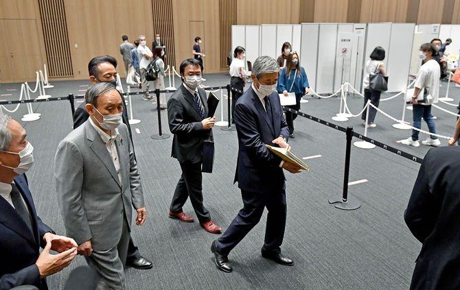森ビルが設置した新型コロナウイルスワクチンの職場接種会場を視察する菅義偉首相(左から2人目)