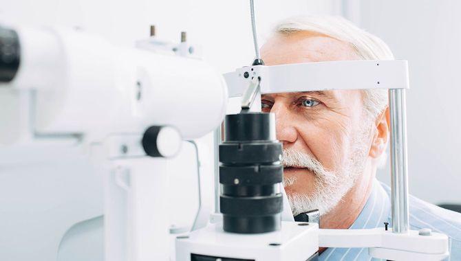 年配の男性がクリニックで目の試験を取得クローズ アップ