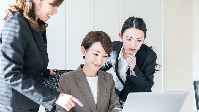 オフィスで働く3人のビジネスウーマン
