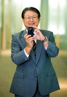 <strong>リコー社長 近藤史朗</strong>●1949年、新潟県生まれ。73年新潟大学工学部機械工学科卒業後、同年リコー入社。2004年MFP事業本部長、05年取締役専務執行役員、07年4月から代表取締役CEO社長執行役員。「山荘の外構を造るためのコンクリートを練っていたときに、IKON入札の電話が鳴った」。