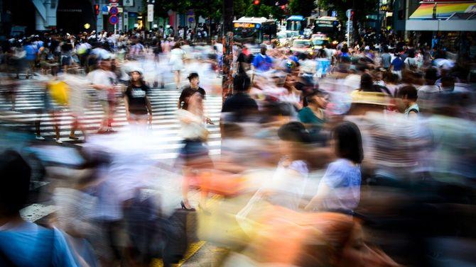 渋谷のスクランブル交差点を行き交う人々