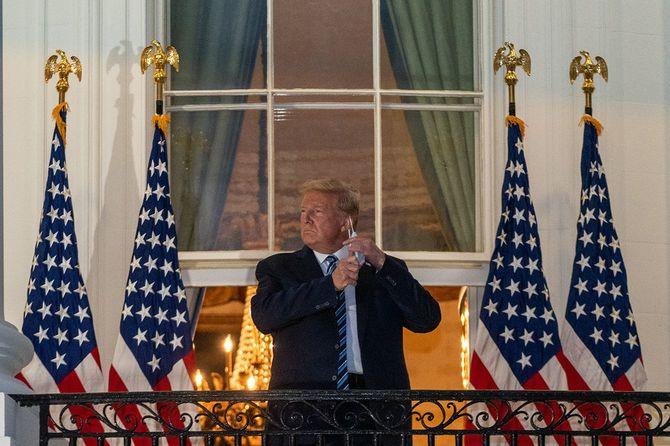 退院しホワイトハウスに戻ってきたトランプ大統領=2020年10月5日