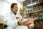 初のプロ出身監督となった慶應義塾大学野球部の江藤省三監督(68歳)。応接室には歴代の優勝杯が並ぶ。