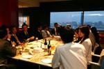 朝礼終了後は、社員食堂で飲み会をするのが恒例。これも、本社と出向先の壁を取り除く効果がある。