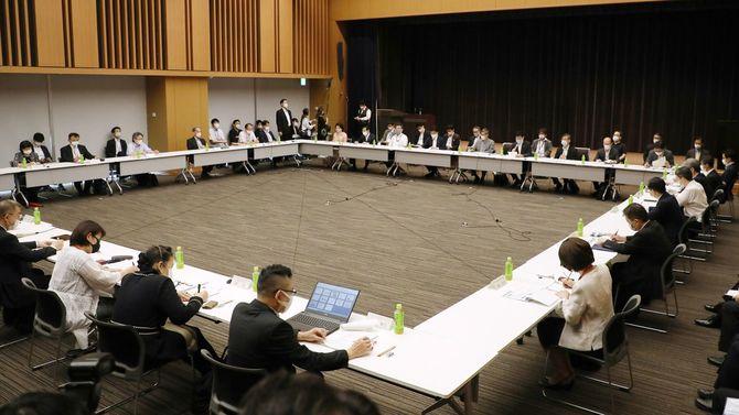専門家会議に代わる新たな有識者会議「新型コロナウイルス感染症対策分科会」の初会合=2020年7月6日、東京都千代田区