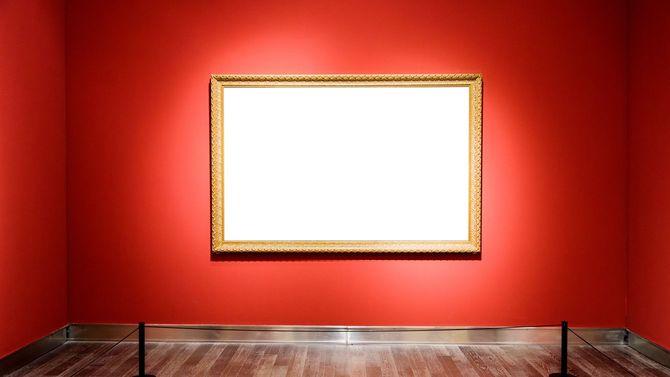 アートギャラリーの壁に絵の入っていない額縁