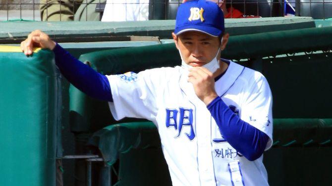 明豊の川崎絢平監督。2021年4月1日、甲子園球場で行われた第93回全国高等学校野球選抜大会決勝戦、明豊(大分)は東海大相模(神奈川)に2-3のサヨナラ負けで準優勝に終わった。