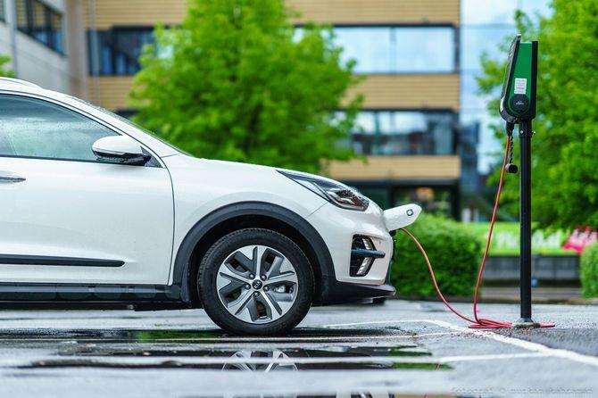 スウェーデン・イェーテボリの駐車場で充電中のKIAニロ